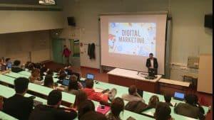 Formation de marketing et des cours disposés à des élèves dans un amphithéâtre.