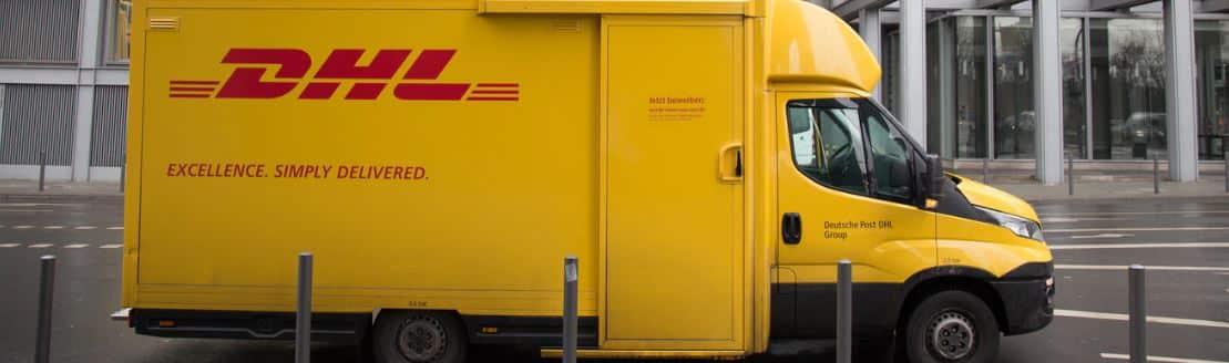 Un camion de DHL qui est en train de livrer des colis de dropshipping et de boutiques de e-commerce