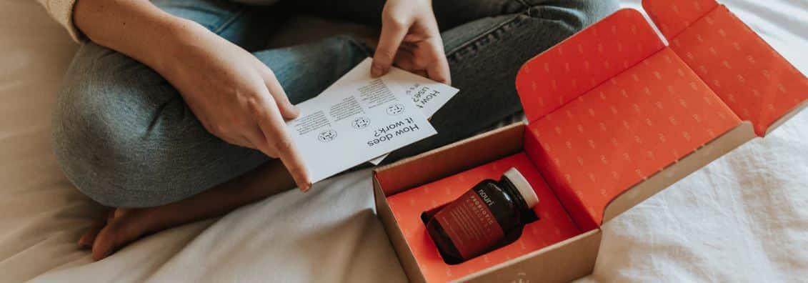 Un paquet est ouvert suite à une livraison d'un produit en dropshipping.