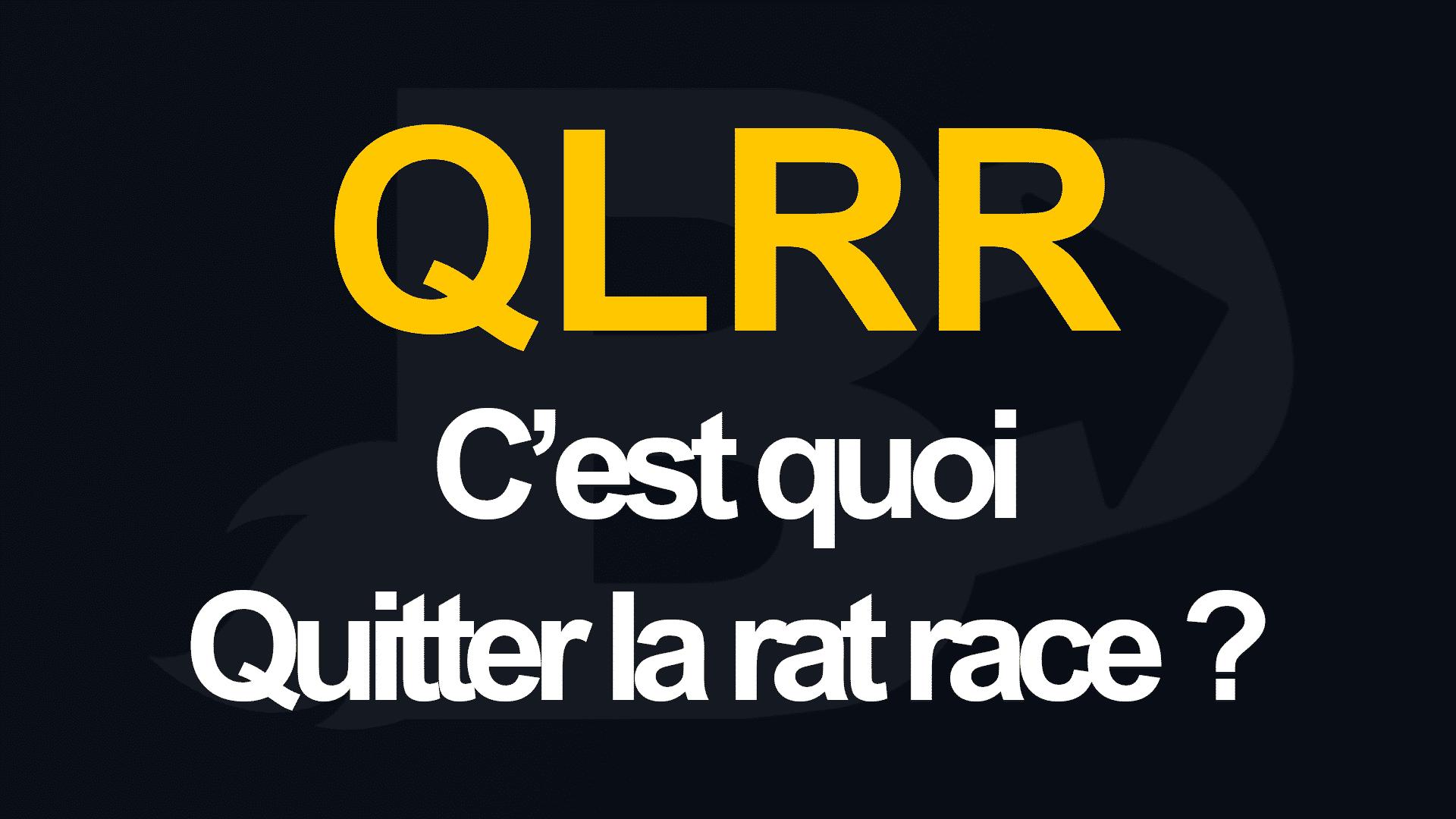 """QLRR veut dire par définition """"quitter la rat race"""", on observe cette mention en orange ou jaune sur un fond noir unifié."""