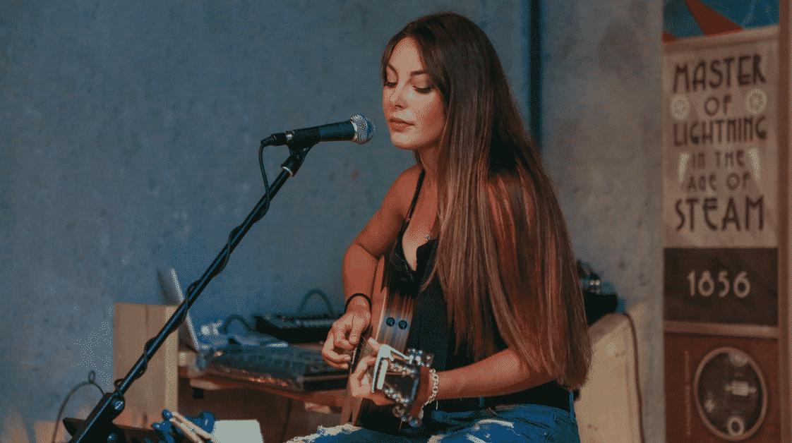 Une fille joue de la guitare et vend ses cours en ligne