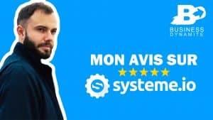Le logo de systeme.io avec un formateur qui montre comment créer une formation en ligne sur un fond bleu.
