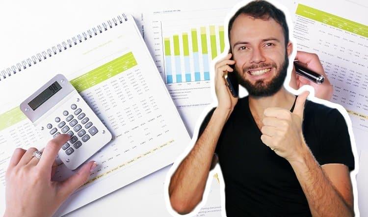 Un banquier qui fait un pro professionnel à un autre client car il a un bon prévisionnel et un bon business plan