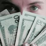 Des billets sont montrés pour apprendre à gagner de l'argent sur internet