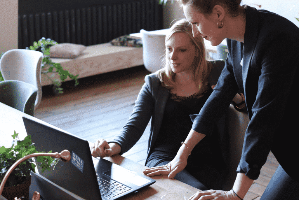 Une entrepreneuse gère stress et doute d'entreprendre en déléguant à une collaboratrice certaines tâches.