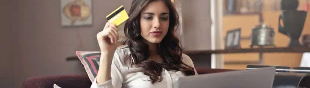 Une femme en train de faire un achat pendant le confinement sur internet
