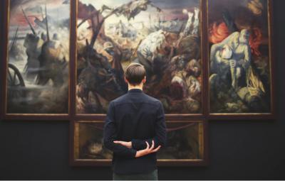 Le dropshipping hight ticket d'oeuvre d'art avec un client devant un beau tableau.