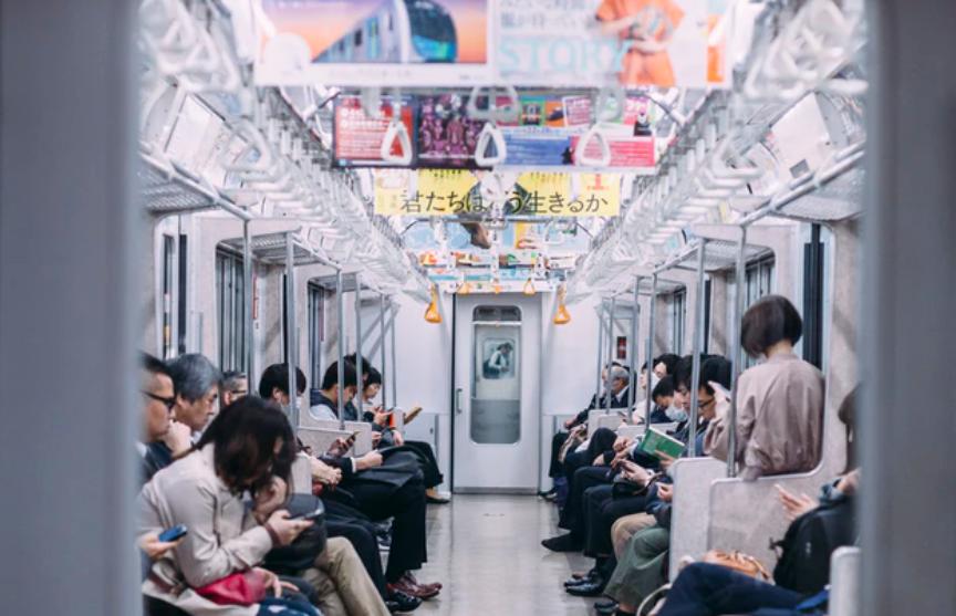 Un métro avec des publicité de e-commerce au Japon, tout le monde regarde son smartphone