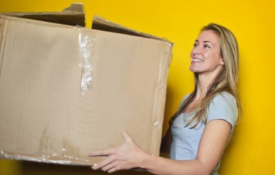 Une femme en train de livrer un colis de dropshipping