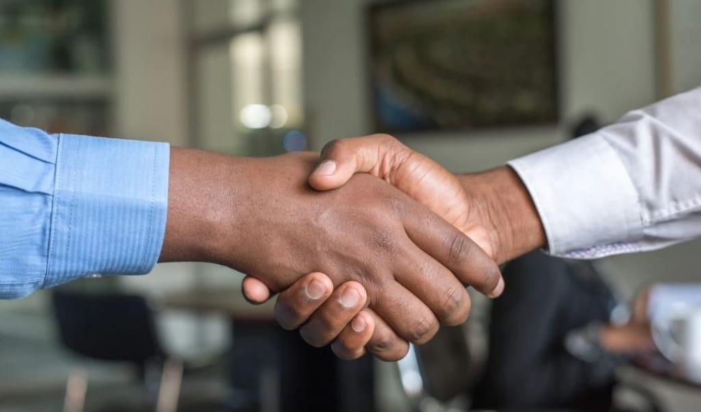 Une poignée de main entre un fournisseur et le dropshipping