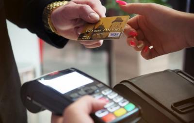 Une transaction entre deux personnes sur un site de dropshipping avec paiement par carte bancaire