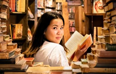 Une marketeuse en train de créer une boutique sur shopify
