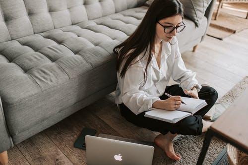 Travailler de chez soi en exploitant les réseaux sociaux
