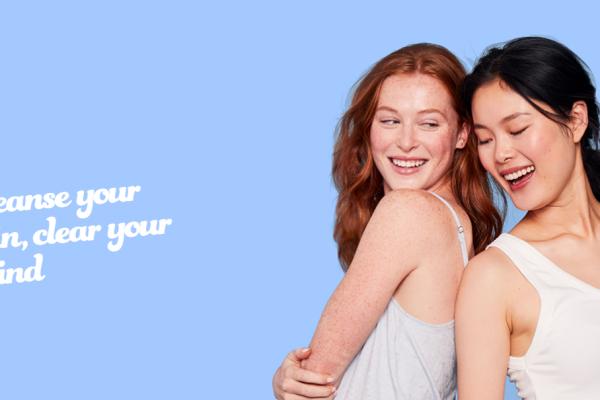 Deux personnes qui donnent leurs conseils sur fond bleu pour réussir une boutique de dropshipping sur shopify