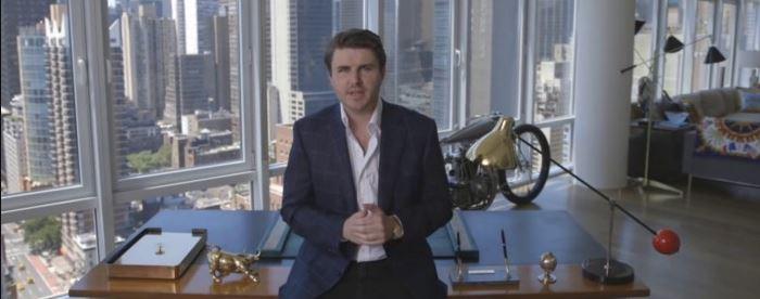 Sam Ovens est dans le bureau de son agence marketing à new york, il raconte son histoire et donne son avis.