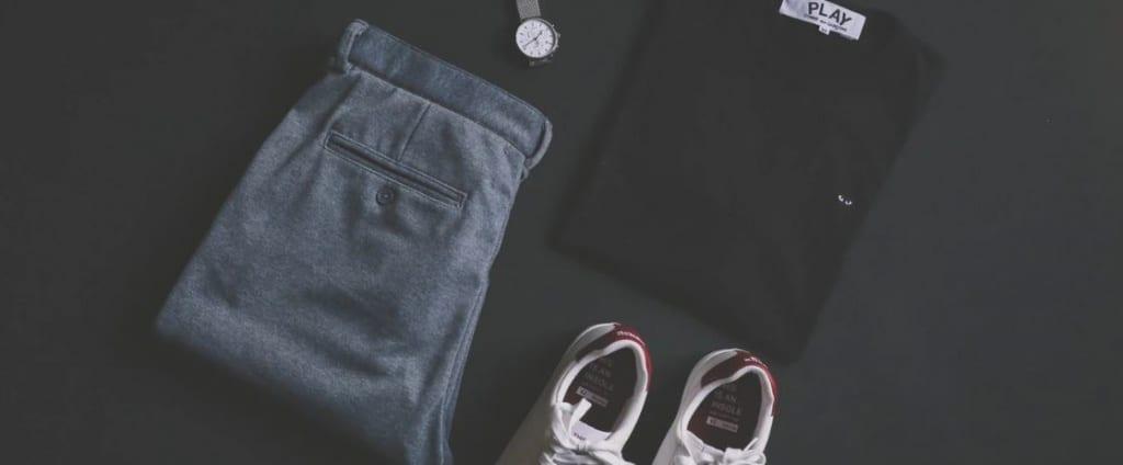 Des pantalons, chemises, chaussures et robes de fournisseurs en dropshipping sur fond noir.